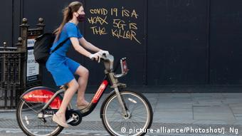 UK Corona-Pandemie Radfahrerin in London