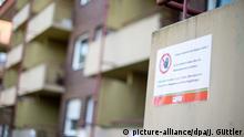 Deutschland Corona-Pandemie | Hotspot Heinsberg | Schild 2 Meter Abstand vom Balkon halten!