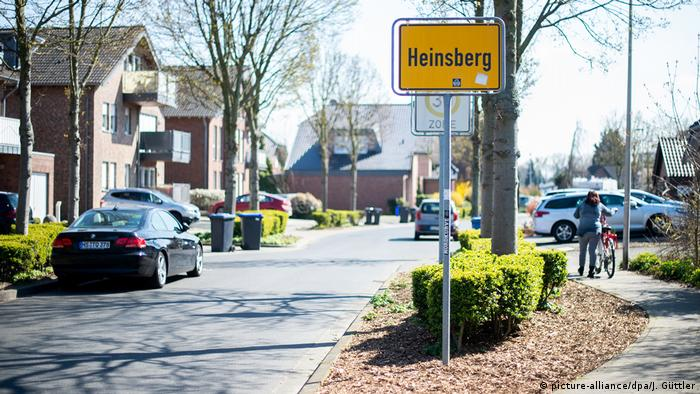 Deutschland Corona-Pandemie | Hotspot Heinsberg | Ortseingangsschild (picture-alliance/dpa/J. Güttler)