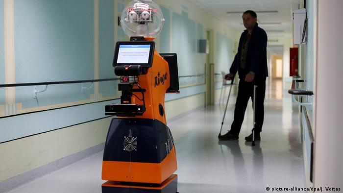 این روبات به داکتران آلمانی در شفاخانه ای در شهر آیزنبرگ آلمان در یک عملیات جراحی کمک کرده است. در آلمان نیز که با کمبود نیروی کاری در بخش صحت روبرو می باشد، تلاش می شود بخشی از کار به روبات ها سپرده شود.
