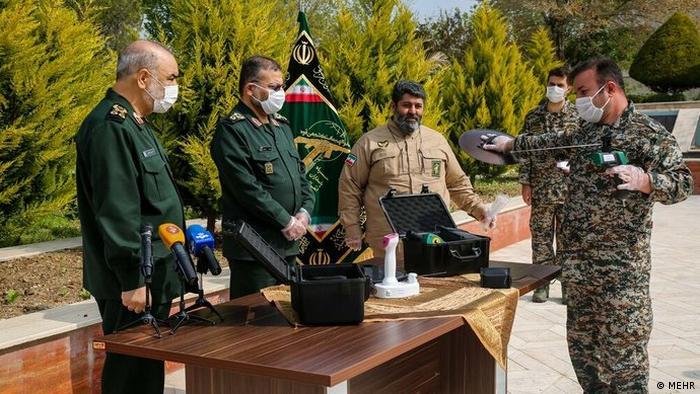 سردار سلامی، فرمانده کل سپاه پاسداران از دستگاه هوشمند کرونایاب رونمایی کرد.