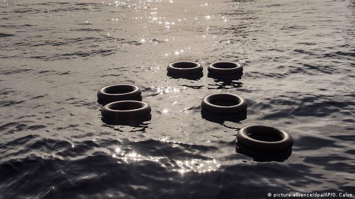 Inner tubes float on water (picture-alliance/dpa/AP/O. Calvo)