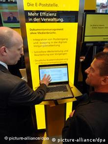 Laptop mit Online-Brief am CeBIT-Stand der Post (Foto: dpa)