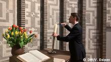 5.4.2020, Berlin, Der Pfarrer Viktor Weber entzündet eine Kerze // Redakteur: Vladimir Esipov