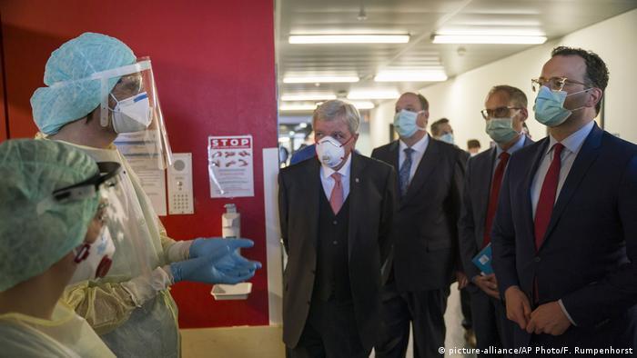 Gießen Gesundheitsminister Jens Spahn im Krankenhaus (picture-alliance/AP Photo/F. Rumpenhorst)