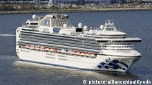 25.03.2020, Japan: ©Kyodo/MAXPPP - 25/03/2020 ; Photo taken from a Kyodo News helicopter shows coronavirus-hit Diamond Princess cruise ship leaving Yokohama Port, near Tokyo, on March 25, 2020, after quarantine and disinfection. Ten people have died among the 712 infected on board. (Kyodo) ==Kyodo Foto: MAXPPP |