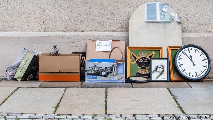 Deutschland Corona-Pandemie   Symbolbild Menschen räumen auf