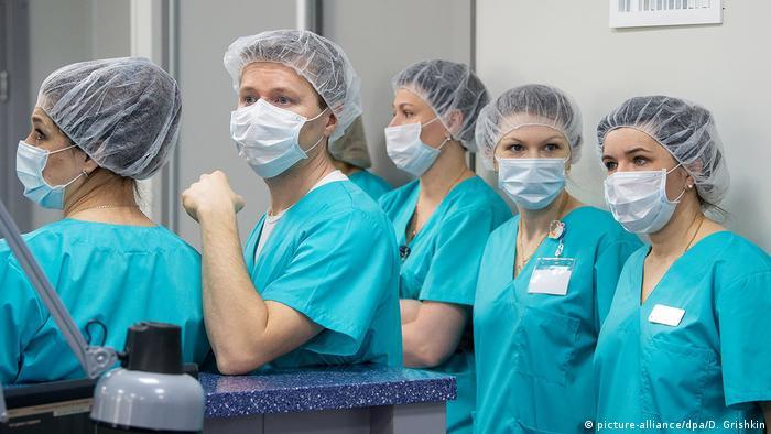 Сотрудницы центра по лечению коронавирусной инфекции в Москве