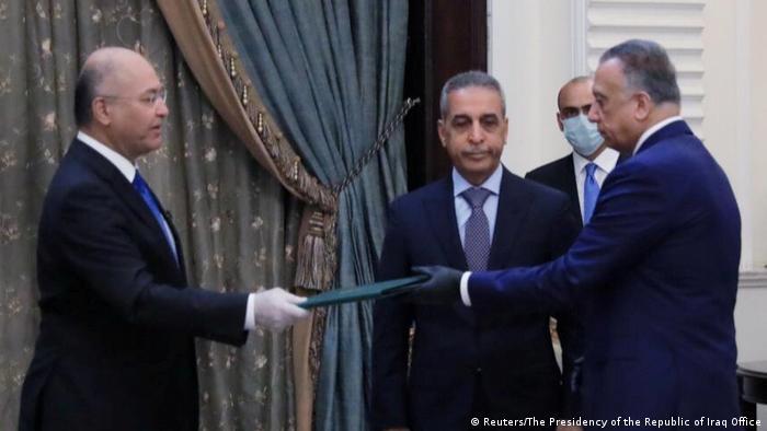 برهم صالح، رئيس جمهور عراق، حکم نخستوزیری مصطفی کاظمی را به او میدهد