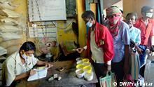 Warteschlange für Essensrationen in Kalkutta