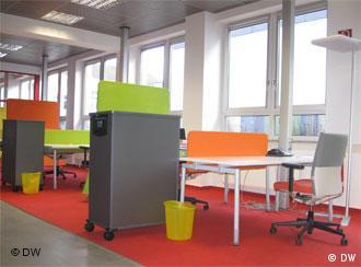 Moderne, bunte Büromöbel in einem großen und hellen Raum