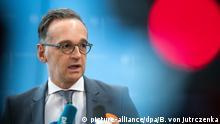 17.03.2020,*** ARCHIV - 17.03.2020, Berlin: Heiko Maas (SPD), Außenminister, äußert sich bei einer Pressekonferenz im Foyer des Auswärtigen Amts zu aktuellen Entwicklungen bei der weltweiten Verbreitung des Coronavirus. (zuMaas: Goethe-Institut vor Einschnitten wegen Corona bewahren) Foto: Bernd von Jutrczenka/dpa +++ dpa-Bildfunk +++ | Verwendung weltweit