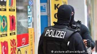 Πάνοπλοι αστυνομικοί στη συνοικία Νοϊκέλν