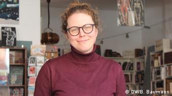 Porträt von Nina Wehner, Inhaberin von Die Buchkönigin in Berlin-Neukölln (DW/B. Baumann)