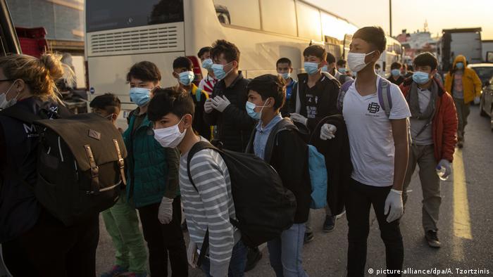 Діти-біженці, які прямують до літака, який доставить їх з Греції до Німеччини