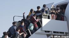 Griechenland Athen Airport unbegleitete minderjährige Flüchtlinge vor Abflug