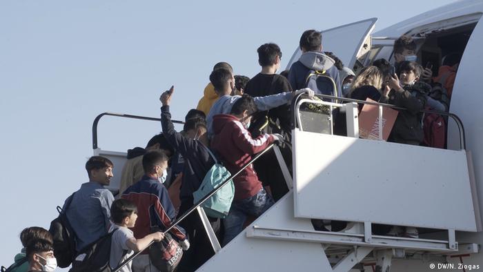 Griechenland Athen Airport unbegleitete minderjährige Flüchtlinge vor Abflug (DW/N. Ziogas)