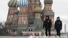 Coronavirus Russland Moskau Polizisten kontrollieren Ausgangssperre