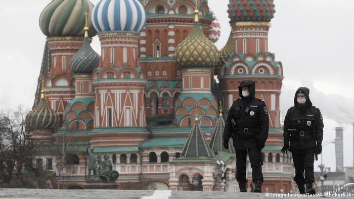 Coronavirus Russland Moskau Polizisten kontrollieren Ausgangssperre (Imago Images/Tass/A. Shcherbak)