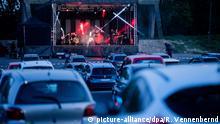17.04.2020, Nordrhein-Westfalen, Köln: Die Rockband Brings spielt ein Livekonzert in einem Autokino. Foto: Rolf Vennenbernd/dpa | Verwendung weltweit
