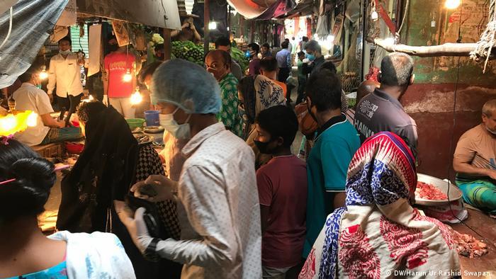Bangladesch Dhaka Markt beim Einkaufen wird Abstandsregel missachtet (DW/Harun Ur Rashid Swapan )
