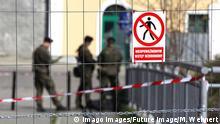 11.04.2020 *** Der wegen der Coronakrise gesperrte Grenz¸bergang Altstadtbr¸cke von Gˆrlitz nach Zgorzelec wird vom polnischen Milit‰r bewacht. Gˆrlitz, 11.04.2020 *** The border crossing at Altstadtbr¸cke from Gˆrlitz to Zgorzelec, which was closed due to the Corona crisis, is guarded by the Polish military Gˆrlitz, 11 04 2020 Foto:xM.xWehnertx/xFuturexImage