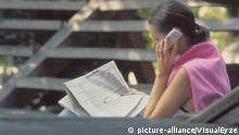 Symbolbild Frau mit Zeitung