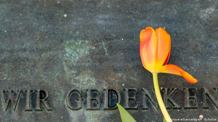 Gedenken im ehemaligen KZ Bergen-Belsen