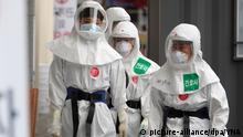 Südkorea Coronavirus - Krankenhausmitarbeiter in Schutzkleidung