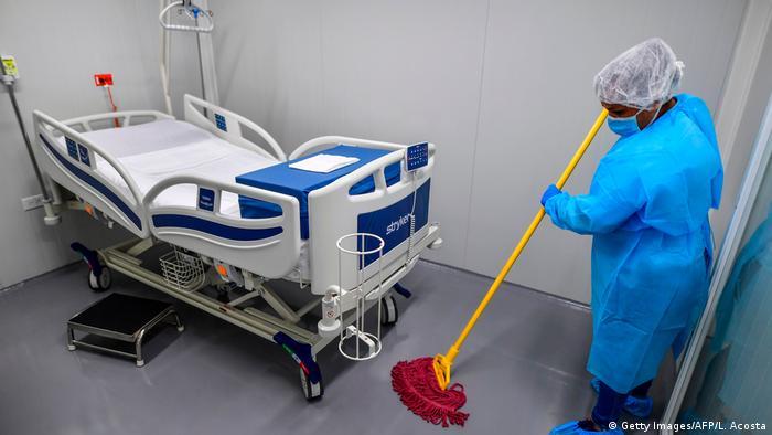 Panama | Reinigungskraft reinigt Zimmer im neuen Krankenhaus Panama Solidario in Panama-Stadt