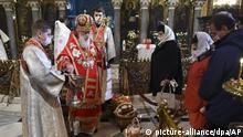 HANDOUT - 19.04.2020, Ukraine, Kiew: Filaret (2.v.l), Patriarch der urkrainisch-orthodoxen Kirche, segnet Körbe mit Lebensmitteln für wenige Gemeindemitglieder in der Wladimirkathedrale. Die Gottesdienste zum orthodoxen Osterfest müssen aufgrund der Beschränkungen wegen des neuartigen Coronavirus ohne Gemeindemitglieder stattfinden. Foto: -/AP/dpa +++ dpa-Bildfunk +++ |