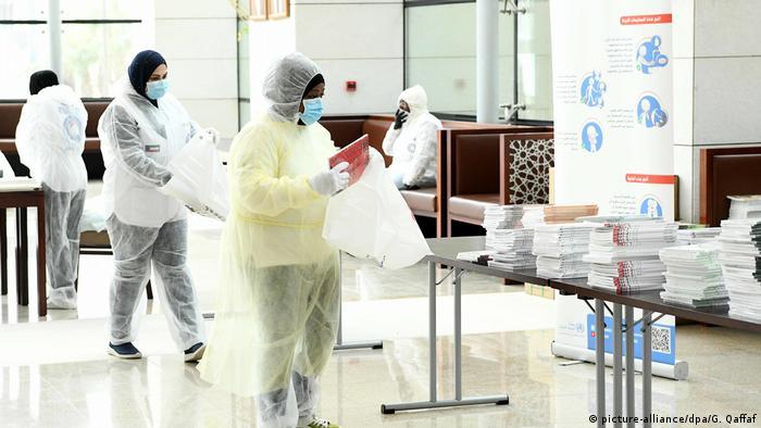 Kuwait Coronavirus: Mitarbeiter in Schutzkleidung bereiten in der Nationalbibliothek