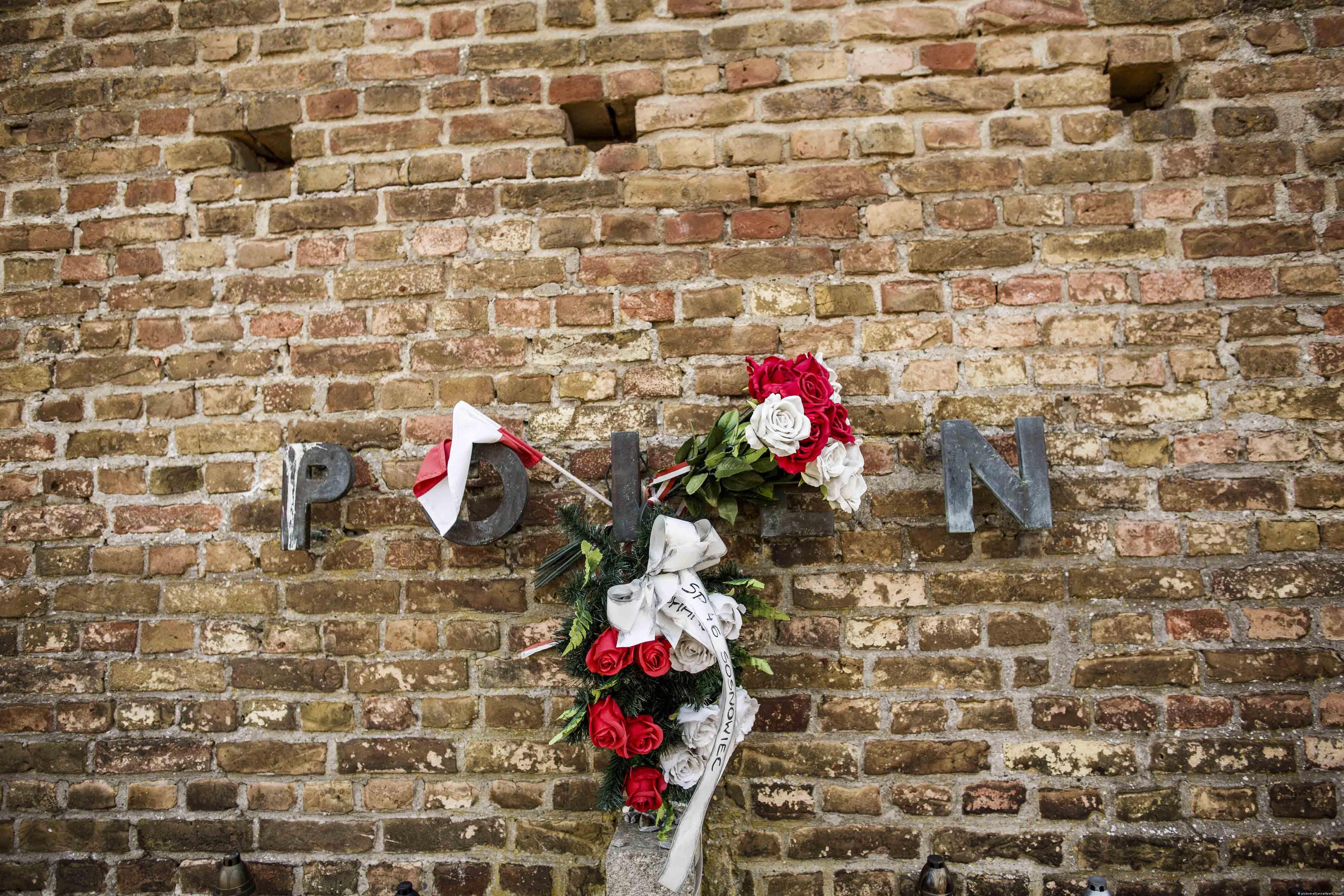 Hołd złożony pomordowanym Polkom na murze niemieckiego nazistowskiego obozu koncentracyjnego w Ravensbrück