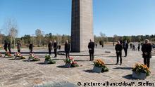 19.04.2020, Niedersachsen, Bergen: Die Teilnehmer beten am Obelisken während einer Gedenkveranstaltung zum 75. Jahrestag der Befreiung des KZ Bergen-Belsen. Foto: Peter Steffen/dpa +++ dpa-Bildfunk +++ | Verwendung weltweit