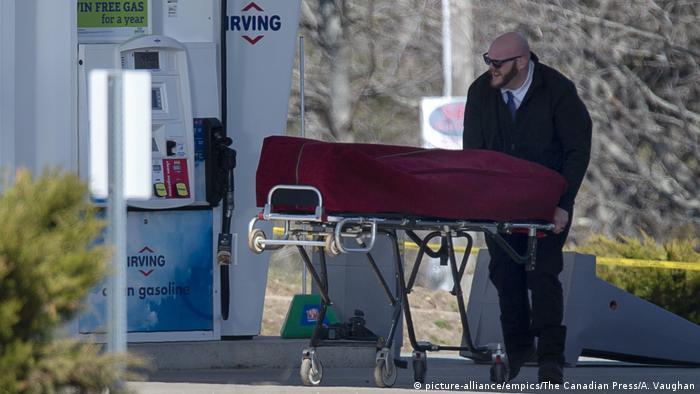 Un hombre armado de 51 años mató al menos a 16 personas, incluyendo a una policía, en Nueva Escocia, Canadá, antes de ser encontrado muerto, en la peor matanza de este tipo jamás ocurrida en el país. Las motivaciones del presunto autor de los disparos, Gabriel Wortman, de 51 años, deben aún ser esclarecidas por la investigación. (20.04.2020).