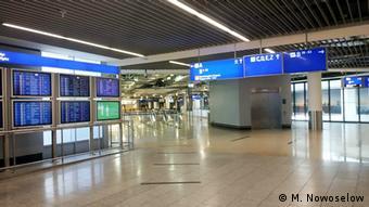 Опустевший из-за пандемии коронавируса терминал аэропорта во Франкфурте-на-Майне