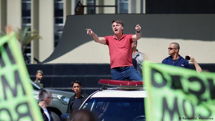 Em cima de uma caminhonete, o presidente Jair Bolsonaro discursa para manifestantes que pediam uma intervenção militar em Brasília