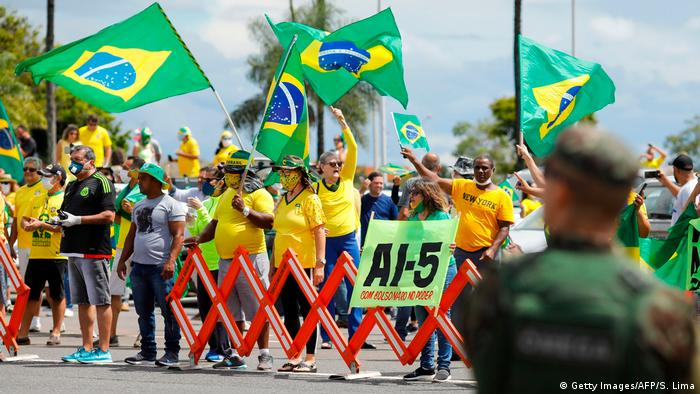 Brasilien | Jair Bolsonaro spricht vor dem Hauptquartier des Militärs | Brasilia (Getty Images/AFP/S. Lima)