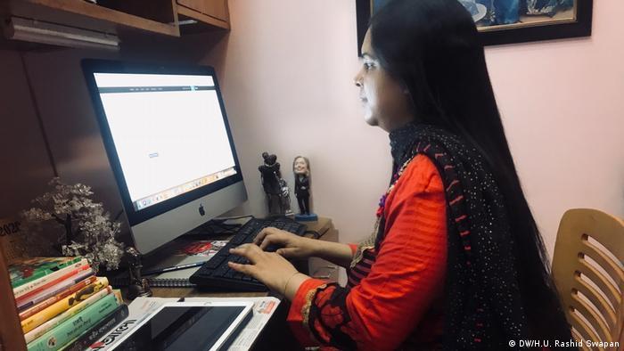 Bangladesch Dhaka | Coronavirus-Lockdown | Journalistin Home-Office (DW/H.U. Rashid Swapan)