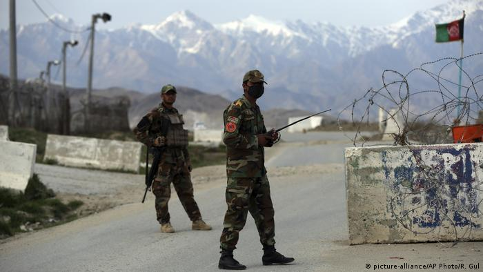 Afghanistan Checkpoint in der Nähe der Bagram Basis (picture-alliance/AP Photo/R. Gul)