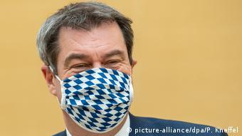 Маркус Зёдер в защитной маске расцветки флага Баварии