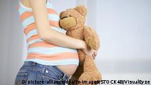 Symbolbild schwangere Frau mit Teddy-Bär
