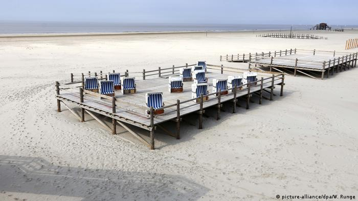 Baby Health in Winter Schleswig-Holstein, St. Peter-Ording, empty beach (picture-alliance/dpa/W. Runge)