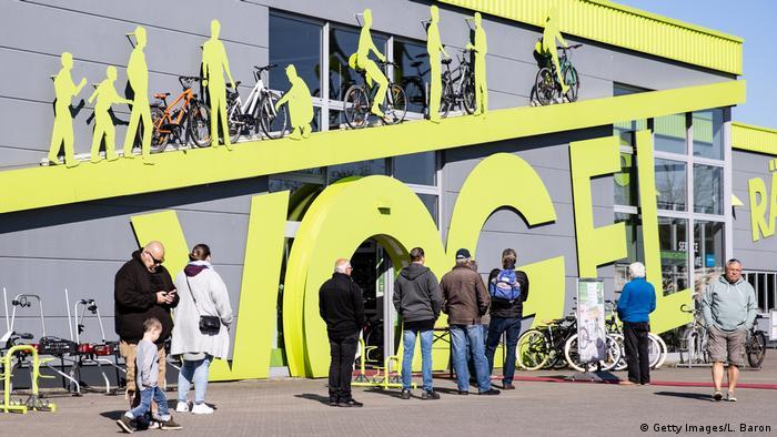 Pengendara sepeda antre di depan toko sepeda di Dinslaken, NRW.
