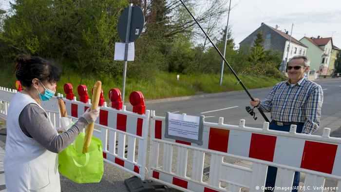 Frankreich Carling, Grenze zu Deutschland   Coronavirus   Baguette-Übergabe (Getty Images/AFP/J.C. Verhaegen)
