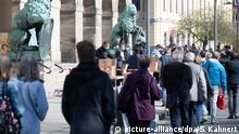 20.04.2020, Sachsen, Dresden: Mitarbeiter der Stadt Dresden verteilen vor dem Rathaus Mundschutzmasken. Insgesamt werden 200.000 Masken an Bürger verteilt, die keine eigene Möglichkeit haben, sich eine Mund-Nasen-Bedeckung zu besorgen. Foto: Sebastian Kahnert/dpa-Zentralbild/dpa +++ dpa-Bildfunk +++ | Verwendung weltweit