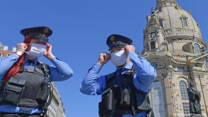Deutschland Dresden Polizisten mis Masken