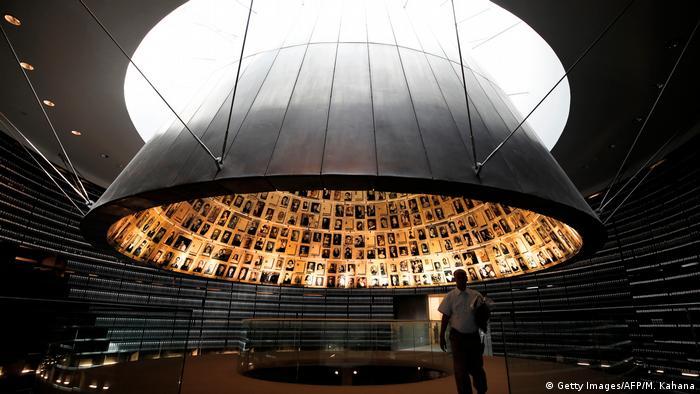 Israel conmemora hoy Yom HaShoah, el día en recuerdo de las víctimas del Holocausto, los seis millones de judíos que murieron a manos del nazismo, con dos minutos de silencio. A las diez en punto de la mañana hora local (7.00 GMT) de este martes, el sonido de las sirenas lo llenó todo, los pasantes que se encontraban en la calle dejaron de andar y les rindieron homenaje. (21.04.2020).