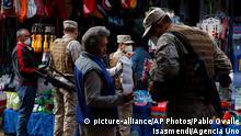 ACHTUNG FALSCHES DATUM *** 07.05.2020, Chile, Valparaíso: Soldaten überprüfen Verkaufsgenehmigungen auf einem Markt während der Corona-Krise. Chile hat nur in einzelnen Regionen eine Ausgangssperre verhängt. Das Land hat 5116 Covid-19-Infizierte bestätigt. Sechs Menschen sollen nachweislich an dem Virus gestorben sein. (zu dpa Die Rückkehr der Generäle) Foto: Pablo Ovalle Isasmendi/Agencia Uno/dpa +++ dpa-Bildfunk +++ |