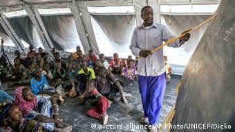 Une salle de classe de fortune accueille provisoirement un enseignement et ses écoliers déplacés à Socoura au Mali (Archives - 24.04.2019)